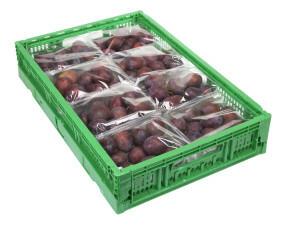 Cassa in plastica con confezioni di prugne